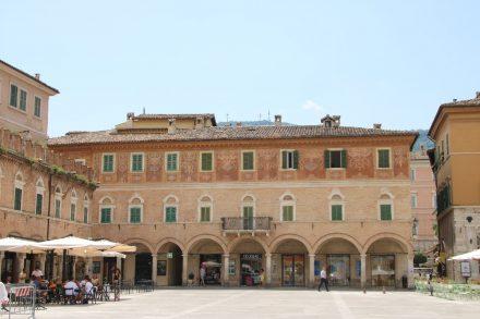 Am Südende des Piazza del Popolo steht dieser alte Palast mit schöner Fassade und Arcadengängen