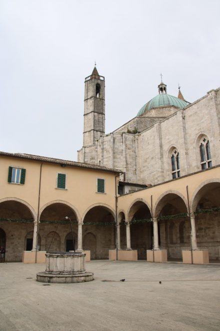 Hinter der Chiesa San Francesco findet sich dieser schöne Innenhof