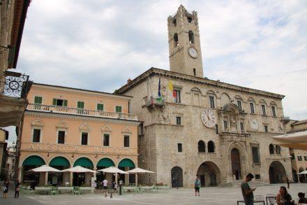 Piazza del Popolo mit Palazzo dei Capitani und der traditionsreichen Anisetta Meletti