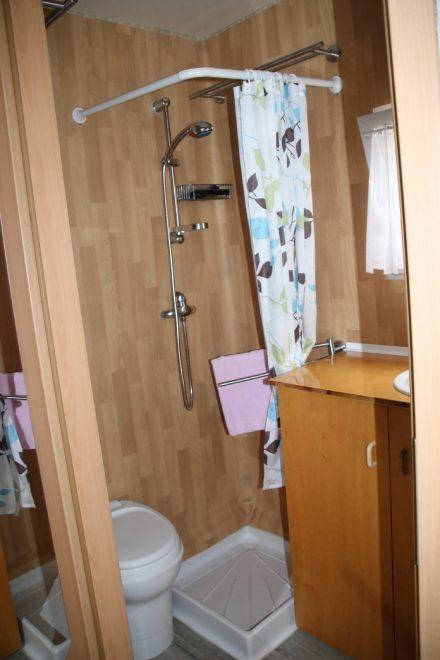 Dusche und Chemie-Toilette im Bad des Aufliegers