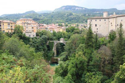 Türkisfarben fließt der Tronto am Stadtkern von Ascoli Piceno vorbei