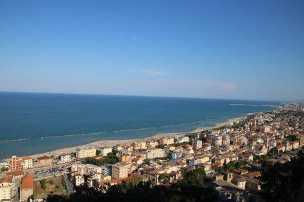 Blick von der Festung hinunter auf Grottammare und das Meer