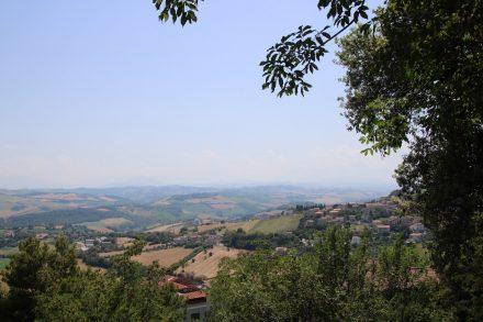 Blick über die märkische Hügellandschaft von den Aussichtsterrassen in Fermo