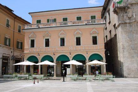Seit über 100 Jahren gibt es das Cafe Meletti das auch für seinen Anislikör und allerhand andere Leckereien bekannt ist