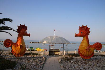 Der lustige Eingang zum Campingstrand an der Adria in Marken