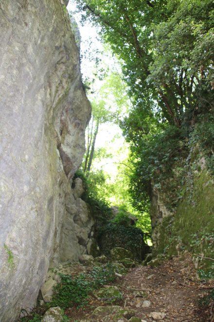 Der Wanderpfad schlängelt sich unter dem Travertinfelsen Dito del Diavolo durch