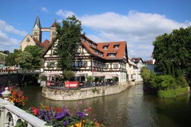 Idyllische Lage mitten in der Stadt auf der blumengeschmückten Neckarinsel.