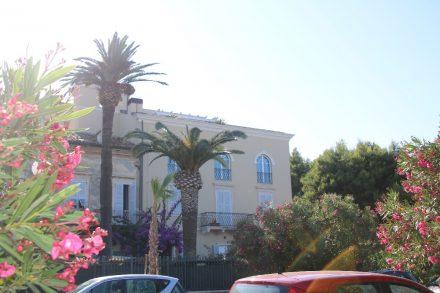 Palmen, Blumen und schöne Gärten an der Villen-Promenade von Grottammare