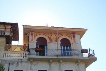 Traumhaft schöne Fassaden an der Strandpromenade von Grottammare