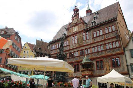 Das alte Rathaus von 1435 mit seiner aufwändig gestalteten Fassade.