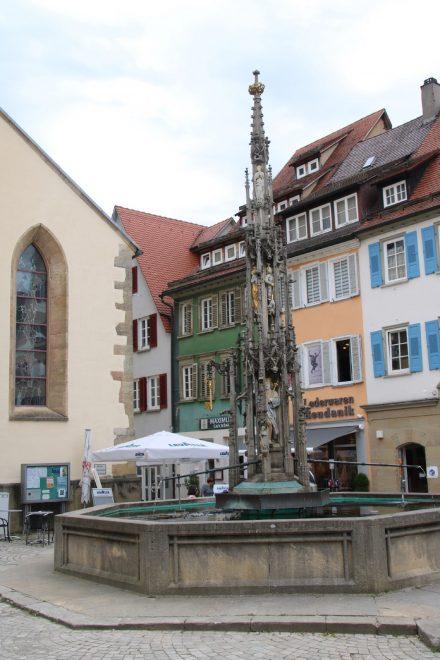 Kirche und Marktbrunnen im Zentrum von Rottenburg am Neckar.