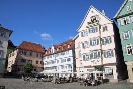 Viel Platz und Ruhe auf dem verkehrsberuhigten Rathausplatz von Esslingen.