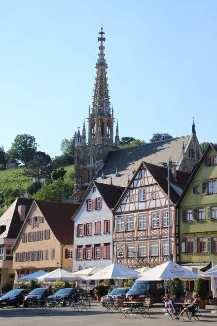 Der Rathausplatz in Esslingen mit dem filigranen Turm der Frauenkirche.