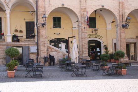 Am Piazza del Popolo in Fermo lässt es sich ganz entspannt relaxen