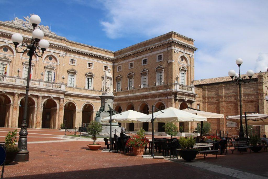 Rathaus mit Statue vom Dichter Giacomo Leopardi in Recanati