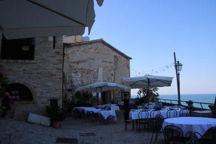 Wunderschöne Romantik auf den Restaurant-Terrassen von Grottammare Alta