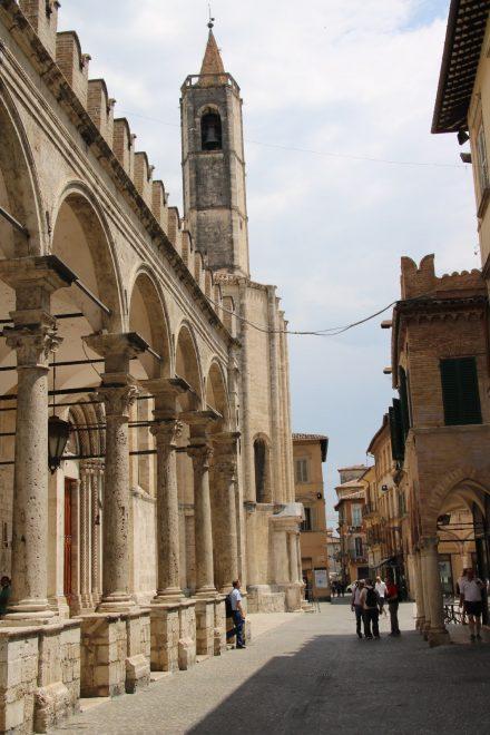 Die Gasse hinter dem Piazza del Popolo in Ascoli Piceno an den Kreuzgängen von San Francesco