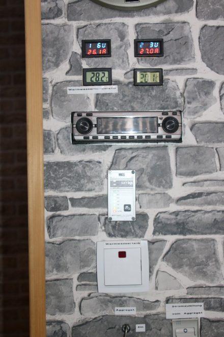 Am zentralen Bedienfeld können alle Werte abgelesen und die Stromquellen umgeschaltet werden