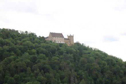 Hoch über dem Neckartal-Radweg liegt das gut erhaltene Schloss Weitenburg.