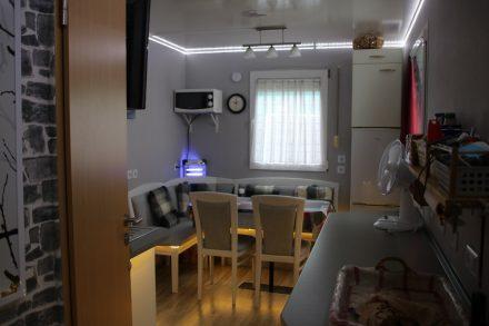 Wohnbereich mit großer Eckbank, Sideboard und Kühlschrank