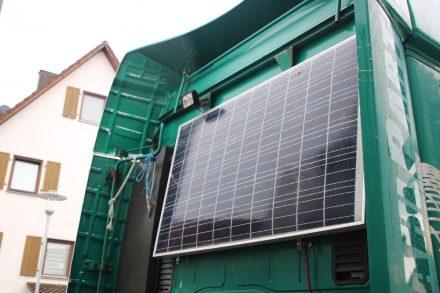 Das Solarpanel ist an der Rückwand der Zugmaschine angebracht