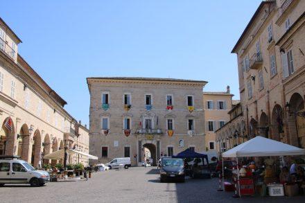 Der Piazza del Popolo mit Blick auf das Stadttor von Fermo