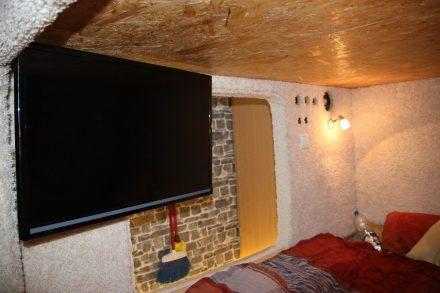 Die untere Schlafkoje hat ein heizbares Wasserbett und TV
