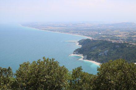 Von der Terrasse des Restaurant Monte Conero hat man einen tollen Fernblick über die Küste der Marken
