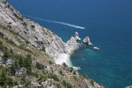 Direkt unter der Steilküste liegt die wunderschöne Bucht mit ihren zwei sagenumworbenen Felsen