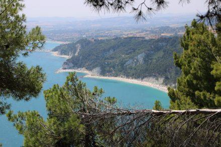 Kurz vor dem Passo del Lupo eröffnet sich der erste Blick über die Sandbuchten