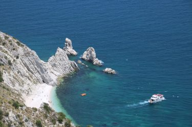 Badegäste genießen den feinen Sand und das kristallklare Wasser
