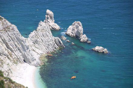Die berühmten Felsen Due Sorelle bewachen die kleine, weiße Sandbucht