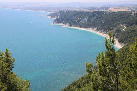 Eine wunderschöne Sandbucht neben der andere auf dem Adria Küstenabschnitt der Marken