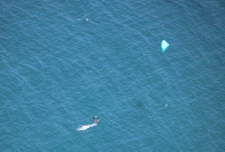 Ein einsamer Kite-Surfer in der türkisfarbenen Adria