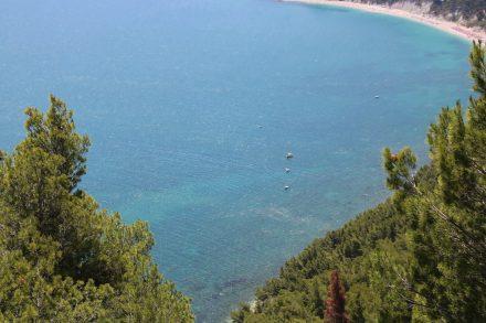 Grüne Wälder, blaues Meer und feine Sandstrände