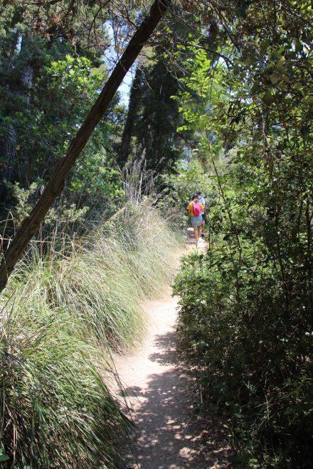 Nur wenige Wanderer steigen den Pfad zum Passo del Lupo hinauf