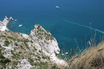 Das türkisblaue Meer an dieser Adria Küste erinnert an die Costa Brava