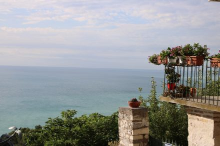 Von den Terrassen Sirolos schweift der Blick weit über die türkisfarbene Adria