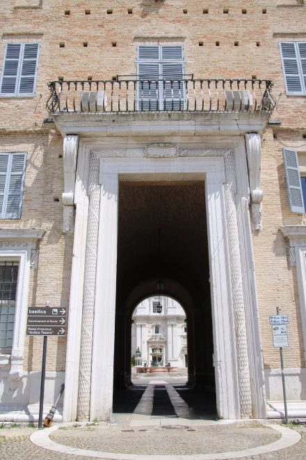 Durch den Palazzo Apostolico sieht man den Brunnen des Piazza della Madonna