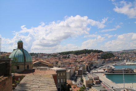 Blick auf den Hafen und die Innenstadt von Ancona