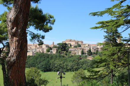 Am Garten der Familie Leopardi liegt die Stadt Recanati vor einem