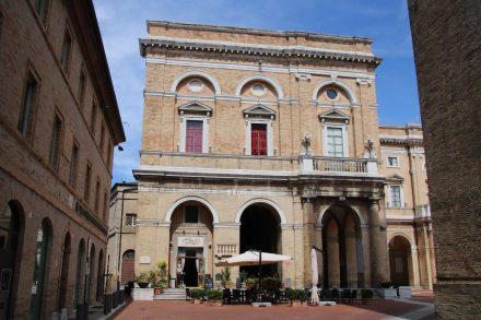 Direkt am Palazzo Comunale ist ein nettes Cafe an den Arkaden untergebracht
