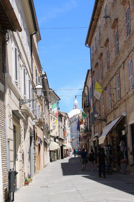 Vom Rathaus aus spaziert man die Flaniermeile in Richtung Piazza della Madonna