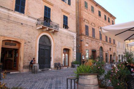 Bars und Cafés entlang der Piazza Leopardi in Recanati