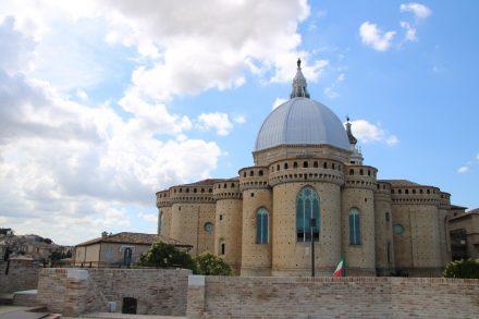 Die Rückseite der gotischen Basilika von Loreto