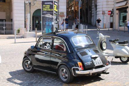 Ein alter Fiat 500 mit Originalkennzeichen in Ancona
