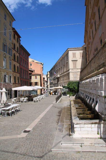 Aus 13 Maskenmündern sprudelt am Torso Mazzini das Wasser der Fontana del Calamo