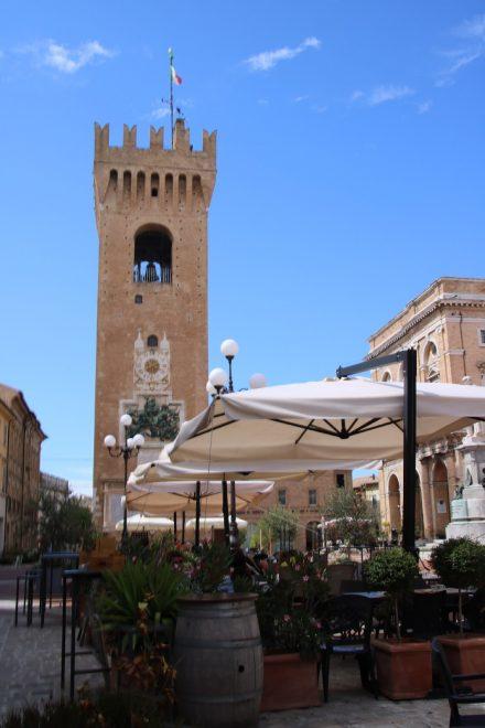 Der Torre del Borgo am Piazza Leopardi