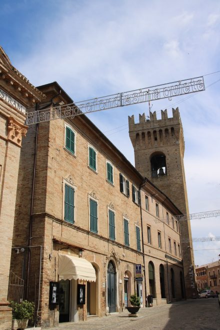 Die klassischen Backsteinhäuser in den Straßen von Recanati