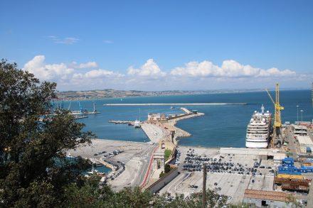 Der belebte Hafen von Ancona